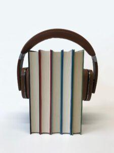 Billede af headset rundt om 5 bøger til siden om 4 gode tidspunkter at lytte til lydbøger