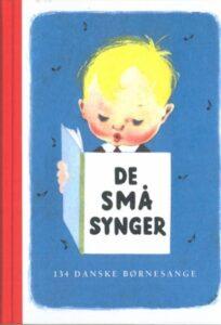 Billed af et lyshåret barn som læser en bog